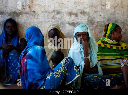 Internally displaced women from Bangui attend a community meeting in Bambari June 16, 2014. REUTERS/Goran Tomasevic (CENTRAL AFRICAN REPUBLIC - Tags: CIVIL UNREST POLITICS)