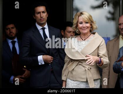 Esperanza Aguirre (R), former president of Madrid's regional government and member of the executive board of the ruling People's Party (Partido Popular), leaves a court in Madrid September 22, 2014. Aguirre appeared before a judge on the charge of criminal contempt against local police officers after being involved in a traffic incident in central Madrid on April 2014. REUTERS/Sergio Perez (SPAIN - Tags: POLITICS CRIME LAW)
