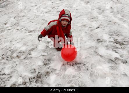 A child plays with a balloon during a rally held by supporters of the Russian Communist Party, in Moscow April 7, 2012. The Communist Party activists and supporters gathered in central Moscow to protest against the policies of Russian Prime Minister and president-elect Vladimir Putin, and to demand fair elections, according to participants.  REUTERS/Maxim Shemetov  (RUSSIA - Tags: POLITICS CIVIL UNREST SOCIETY) Stock Photo