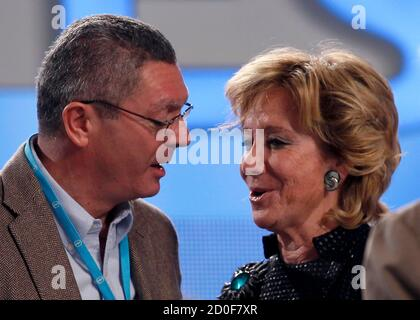Justice Minister Alberto Ruiz Gallardon (L) talks with Madrid's Regional President Esperanza Aguirre during the People's Party (Partido Popular) national congress in the Andalusian capital of Seville February 18, 2012. REUTERS/Marcelo del Pozo  (SPAIN - Tags: POLITICS)