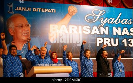 Malaysia's Prime Minister Najib Razak (2nd L) and his other party leaders shout slogans after winning the elections at his party headquarters in Kuala Lumpur early May 6, 2013. Malaysia's governing coalition won a tight national election on Sunday to extend its 56-year rule, fending off an opposition alliance that pledged to clean up politics and end race-based policies in Southeast Asia's third-largest economy. REUTERS/Bazuki Muhammad (MALAYSIA - Tags: POLITICS ELECTIONS) - Stock Photo