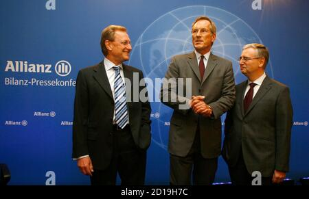 CEO of Europe's biggest insurer Allianz SE Michael Diekmann (C), Controlling Chief Helmut Perlet (L) and CFO Paul Achleitner (R) arrive for the company's annual news conference in Munich, February 26, 2009.  REUTERS/Alexandra Beier (GERMANY)