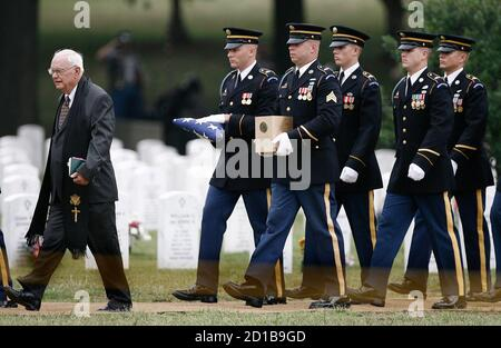 Chaplain Robert Blasingame (L) leads a casket team to the burial ceremony of Army Sgt Scott Lange Kirkpatrick at Arlington National Cemetery near Washington, August 23, 2007. Washington D.C. area resident Kirkpatrick, 26, was killed along with four others in an ambush in Arab Jabour, Iraq, on August 11.  REUTERS/Jason Reed   (UNITED STATES)