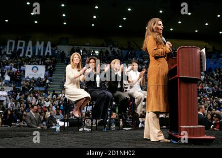 California's First Lady Maria Shriver (R) speaks as (L-2nd R) Caroline Kennedy, Oprah Winfrey, Maria Elena Durazo and Michelle Obama sit behind her during a rally for Democratic presidential candidate US Senator Barack Obama (D-IL) at UCLA's Pauley Pavilion in Los Angeles, California, February 3, 2008. REUTERS/Danny Moloshok (UNITED STATES) US PRESIDENTIAL ELECTION CAMPAIGN 2008 (USA) - Stock Photo