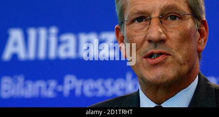 Michael Diekmann, CEO of Europe's biggest insurer Allianz SE, addresses journalists during the company's annual news conference in Munich, February 26, 2009.  REUTERS/Alexandra Beier (GERMANY)