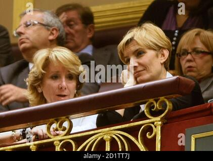 Sonsoles Espinosa (L), wife of Spain's Prime Minister Jose Luis Rodriguez Zapatero, and Madrid's regional President Esperanza Aguirre listen to the State of the Nation debate at Madrid's Parliament May 12, 2009. The Spanish government will cut company tax on smaller firms that create jobs by five percentage points over three years as part of a drive to slow the rise in unemployment, Zapatero said on Tuesday.  REUTERS/Andrea Comas (SPAIN POLITICS BUSINESS)