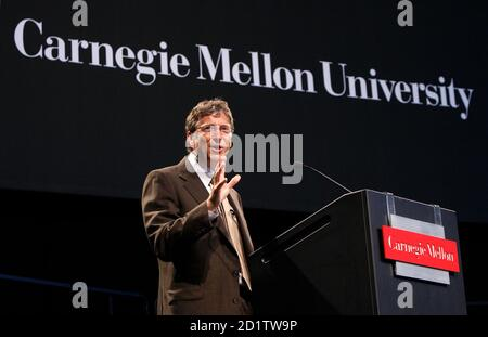 Microsoft founder Bill Gates delivers a speech during a dedication ceremony for the Gates Center for Computer Science at Carnegie Mellon University in Pittsburgh, Pennsylvania September 22, 2009.       REUTERS/Chris Wattie       (UNITED STATES BUSINESS EDUCATION SCI TECH) - Stock Photo