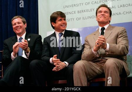 California Governor Arnold Schwarzenegger (R), Illinois Governor Rod Blagojevich (C), and BP America Chairman Robert Malone, laugh during a press conference in Berkeley, California February 1, 2007. British oil major BP Plc on Thursday announced that universities in California and Illinois will join company scientists in a $500 million energy research program focused on cleaner, alternative fuels.  REUTERS/Kimberly White (UNITED STATES) - Stock Photo