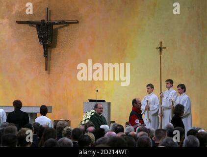 General view of a memorial service for the victims of the Albertville Realschule shooting, in the Sankt Karl Borromaeus Church in Winnenden March 21, 2009. A German teenager went on a killing rampage with his father's Beretta pistol, killing 12 students and teachers at his former school and three other people before shooting himself last week.  REUTERS/Roland Holschneider /Pool (GERMANY RELIGION POLITICS DISASTER)