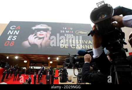 Cameramen film on the red carpet during the opening night of the 61st Cannes Film Festival May 14, 2008.   REUTERS/Eric Gaillard  (FRANCE)