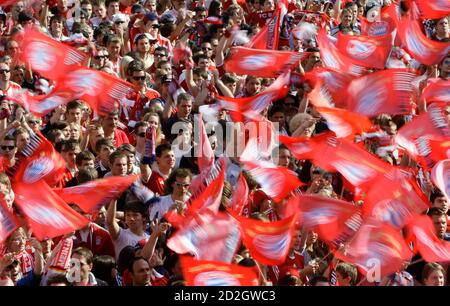Supporters cheer on Bayern Munich soccer players during their tour through the streets of the Bavarian capital of Munich May 23, 2010. Despite the team's defeat last night to Inter Milan in the Champions League final, tens of thousands of Bayern Munich supporters gathered along Munich's famous Leopold street to welcome and celebrate the team's double of winning the national soccer cup and the domestic league.    REUTERS/Michaela Rehle   (GERMANY - Tags: SPORT SOCCER)