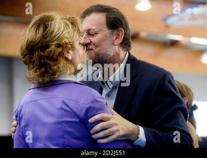 Spanish opposition leader Mariano Rajoy (R) kisses Madrid's regional President Esperanza Aguirre during a rally about employment in Madrid April 25, 2009.  REUTERS/Andrea Comas (SPAIN POLITICS EMPLOYMENT BUSINESS)