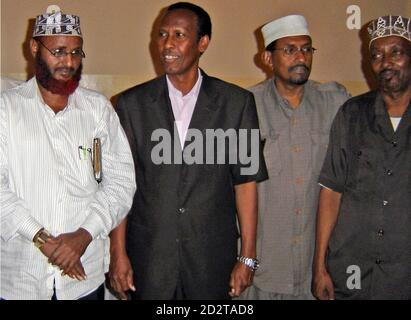 Somalia's Prime Minister Ali Mohamed Gedi (2nd L) poses for a photograph with Hawiye clan elders Mohamed Hasan Had (L), Ade Gabo (2nd R) and Ahmed Diriye (R) at the former National Security headquarters in Mogadishu October 8, 2007. Gedi has reached a truce with Mogadishu's dominant clan, some of whose fighters had supported Islamist-led insurgents in battles with government troops and Ethiopian forces earlier this year. Picture taken October 8, 2007. REUTERS/Feisal Omar (SOMALIA)