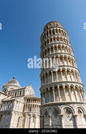 Leaning Tower of Pisa, bell tower of the Cathedral (Duomo di Santa Maria Assunta) in Romanesque style, Piazza dei Miracoli. Tuscany, Italy, Europe