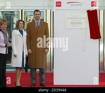 Madrid's regional president Esperanza Aguirre (L), Spanish Crown Prince Felipe (R) and his wife Letizia Ortiz (C) pose during the inauguration of Madrid's new sports arena 'Palacio de Deportes' February 16, 2005. REUTERS/Victor Fraile  SV/GB
