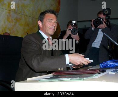 Joerg Haider wurde am Mittwoch,31. Maerz 2004, im Kaerntner Landtag erneut zum Landeshauptmann gewaehlt. REUTERS/Daniel Raunig REUTERS  PR/ - Stock Photo