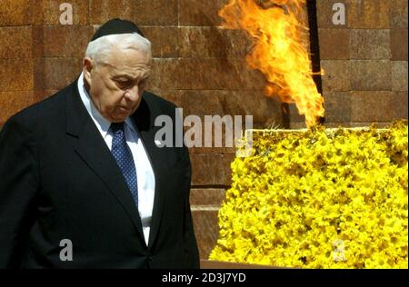 ISRAELI PRIME MINISTER ARIEL SHARON ATTENDS A PUBLIC CEREMONY AT THE YAD VASHEM HOLOCAUST MEMORIAL IN JERUSALEM. - Stock Photo