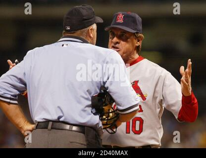 St. Louis Cardinals manager Tony LaRussa (R) argues with home plate umpire Brian O'Nora in the fifth inning against the Houston Astros September 28, 2004 in Houston. LaRussa was contesting a close play at home where Cardinals base runner Reggie Sanders was ruled out on a tag by Astros catcher Brad Ausmus. REUTERS/Richard Carson  RJC