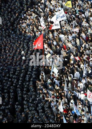 Riot police block protesters trying to march to National Assembly in Seoul April 2, 2003. South Korea's National Assembly voted on Wednesday to send about 700 medical and engineering personnel to Iraq after President Roh Moo-hyun told lawmakers that cementing close ties with Washington was key to securing peace on the divided Korean peninsula. REUTERS/Kim Kyung-Hoon  LJW/DL - Stock Photo