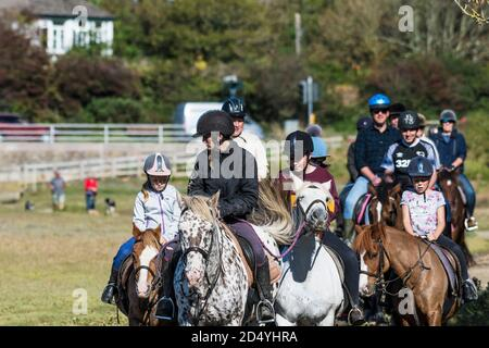 Holidaymakers setting out on a horse riding trip along the Gannel River in Newquay in Cornwall. - Stock Photo