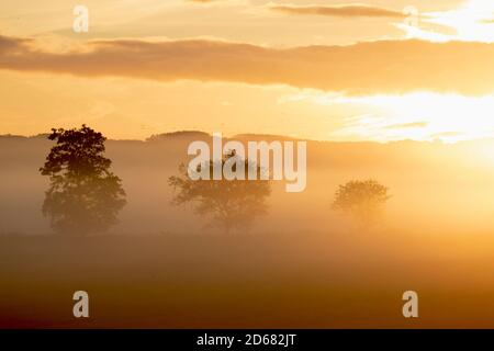 Burscough, Lancashire. UK Weather;  15th Octboer, 2020 Cold hazy start to the day as  the sun rises over flooded fields of Central Lancashire. Credit; MediaWorldImages/AlamyLiveNews - Stock Photo