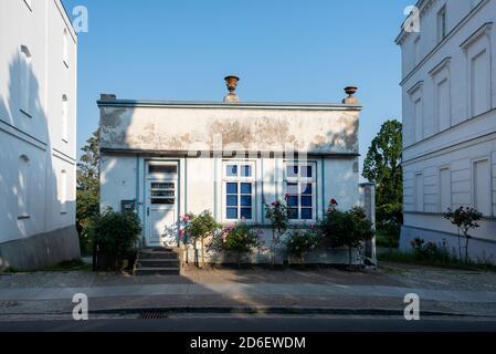 Germany, Mecklenburg-Western Pomerania, Putbus, historic building at Rondellplatz Circus, garden house - Stock Photo