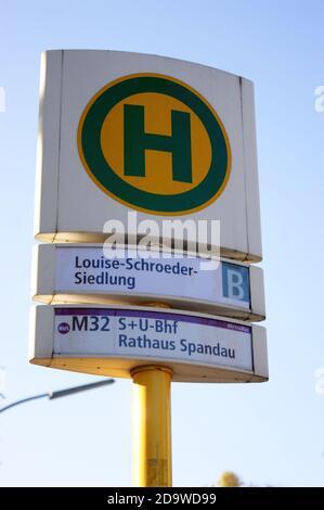 Eine Bushaltestelle der BVG: Haltestelle Louise-Schroeder-Siedlung in Staaken, Berlin-Spandau, Linie M 32