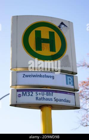 Eine Bushaltestelle der BVG: Haltestelle Zweiwinkelweg in Staaken, Berlin-Spandau, Linie M 32
