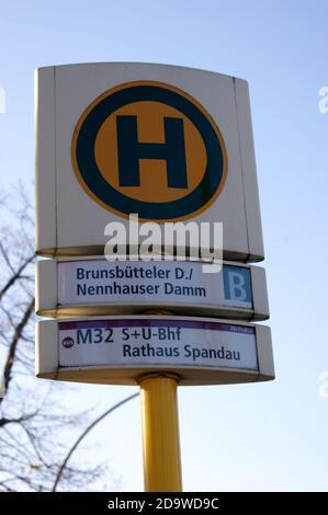 Eine Bushaltestelle der BVG: Haltestelle Brunsbütteler Damm Ecke Nennhauser Damm in Staaken, Berlin-Spandau