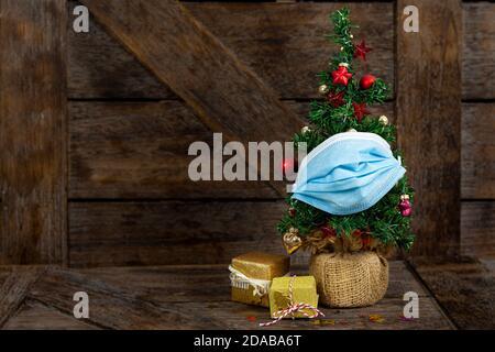 Kleiner Weihnachtsbaum mit Munschutz, Quarantäne, Pandemie Konzept