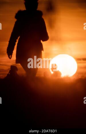 Berlin, Germany. 15th Nov, 2020. People can be seen at sunrise on the Dragon Mountain. Credit: Christoph Soeder/dpa/Alamy Live News