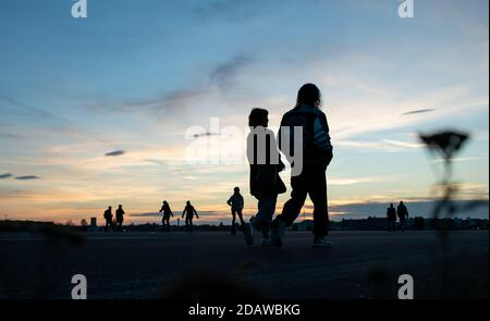 Berlin, Germany. 15th Nov, 2020. Visitors are out and about on the Tempelhofer Feld in the late afternoon with mild temperatures. Credit: Bernd von Jutrczenka/dpa/Alamy Live News