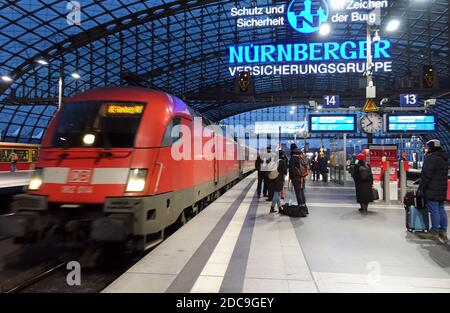 25.01.2019, Berlin, Berlin, Germany - Passengers on a platform at the main station. 00S190125D759CAROEX.JPG [MODEL RELEASE: NO, PROPERTY RELEASE: NO (