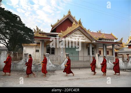 Myanmar (Burma), Nyaung-U, daily ritual, Buddhist monks receive rice from the population