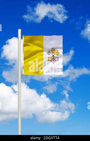 Vatikan, Vatikanstadt, Stadtstaat, Stadtstaat, Italien, Rom, Nationalfahne, Nationalflagge, Fahne, Flagge, Flaggenmast, Cumulus Wolken vor blauen Himm - Stock Photo