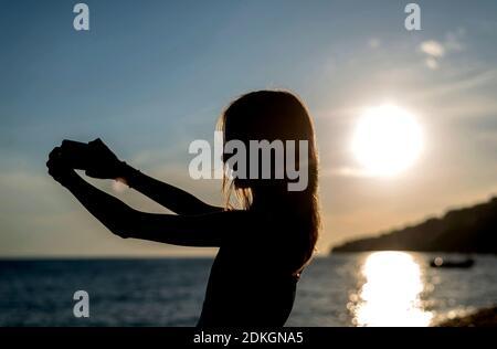 teenager mit smartphone am Strand