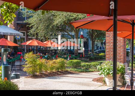 People enjoying wintertime in Florida at the outdoor cafes and restaurants along Plant Street in charming Downtown Winter Garden near Orlando. (USA)