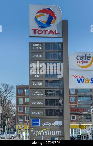 Berlin in Zeiten der Corona-Krise, 25.03.2020. Hier: Benzinpreise Total Tankstelle, Heerstraße, Charlottenburg, Berlin, Deutschland