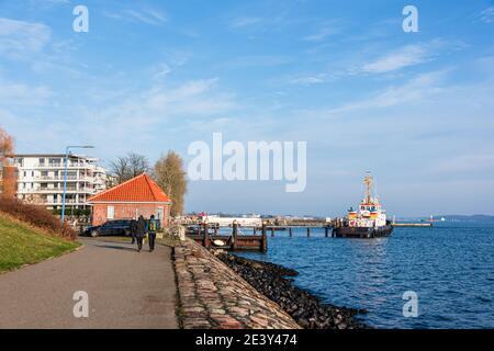 Impressionen aus Kiel Ein Hafenschlepper auf stand by an der Kieler Förde in Kiel-Holtenau