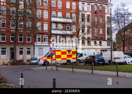 Ein Notarztwagen der Deutschen Roten Kreuz im Einsatz in der Kieler Innenstadt