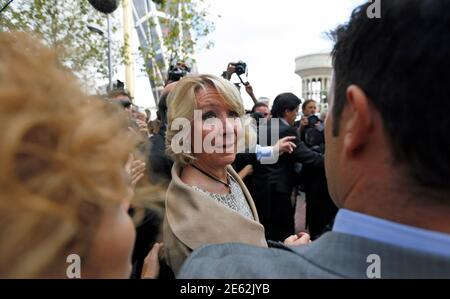 Esperanza Aguirre, former president of Madrid's regional government and member of the executive board of the ruling People's Party (Partido Popular), looks back as she leaves a court in Madrid September 22, 2014. Aguirre appeared before a judge on the charge of criminal contempt against local police officers after being involved in a traffic incident in central Madrid on April 2014. REUTERS/Sergio Perez (SPAIN - Tags: POLITICS CRIME LAW)