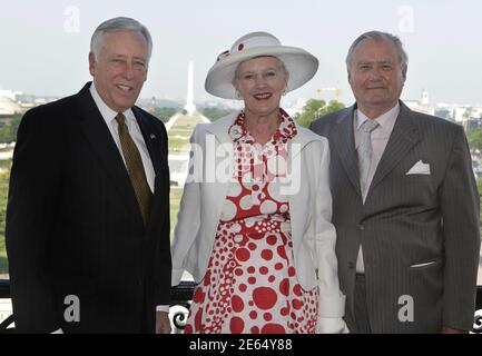 House Minority Whip Steny Hoyer (L), Denmark's Queen Margrethe and Prince Consort Henrik pose on the speaker's balcony on Capitol Hill in Washington June 8, 2011. REUTERS/ Yuri Gripas/Pool (UNITED STATES - Tags: POLITICS ROYALS)