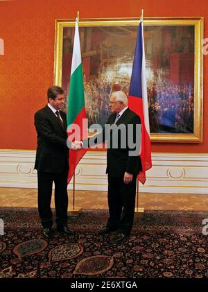 Czech Republic's President Vaclav Klaus (R) welcomes Bulgaria's President Georgi Parvanov at Prague Castle March 18, 2009.                REUTERS/Petr Josek (CZECH REPUBLIC POLITICS)