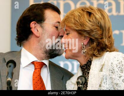 Spanish opposition Popular Party leader Mariano Rajoy (L) kisses President of Madrid's regional government Esperanza Aguirre during the presentation of Aguirre's biography 'Esperanza Aguirre La Presidenta' in Madrid November 28, 2006.  REUTERS/Andrea Comas  (SPAIN)