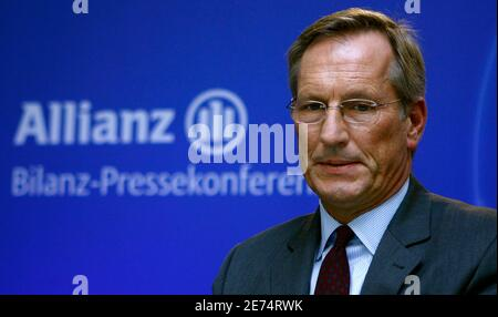 Michael Diekmann, CEO of Europe's biggest insurer Allianz SE, looks down during the company's annual news conference in Munich, February 26, 2009.   REUTERS/Alexandra Beier (GERMANY)