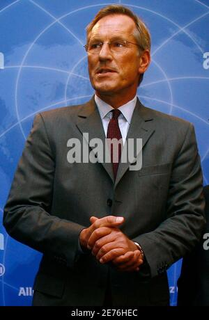 Michael Diekmann, CEO of Europe's biggest insurer Allianz SE, arrives for the company's annual news conference in Munich, February 26, 2009.   REUTERS/Alexandra Beier (GERMANY)