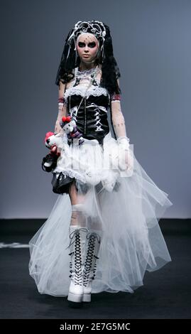 A model displays a gothic fashion creation by Japanese designer Naoto Hirooka at a fashion show in Tokyo August 31, 2007. REUTERS/Michael Caronna (JAPAN)