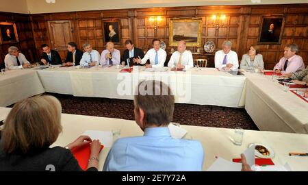 Britain's Prime Minister David Cameron (5th R) chairs a cabinet meeting in the dining room at Chequers, in southern England July 23, 2010.     REUTERS/John Stillwell/Pool    (BRITAIN - Tags: BUSINESS POLITICS)