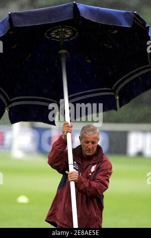 Italy's national soccer team coach Marcello Lippi raises an umbrella at a training camp in Coverciano near Florence May 30, 2006.  WORLD CUP 2006 PREVIEW  REUTERS/Marco Bucco - Stock Photo