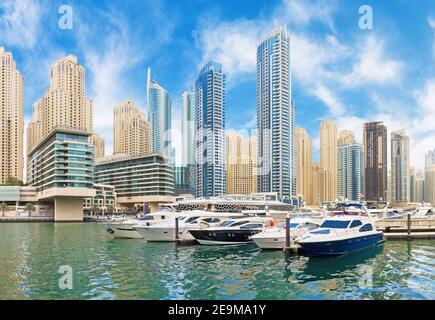 Dubai - The promenade of Marina.